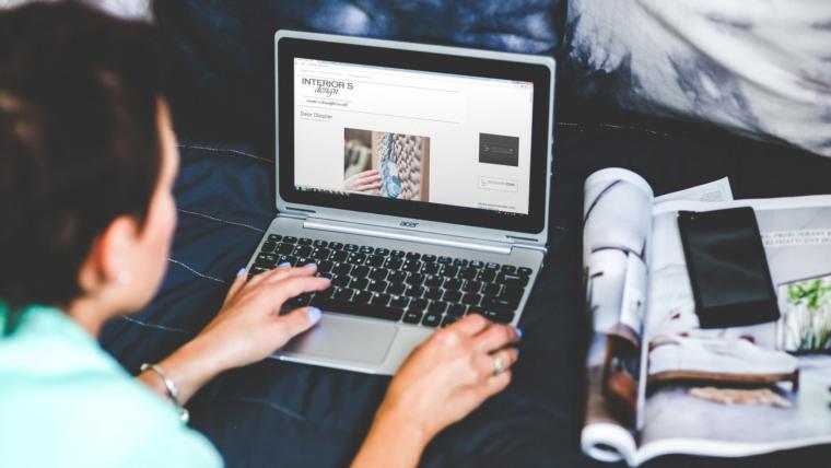 Emmanuelle Duez : «Mon lit peut aussi être un espace de travail»